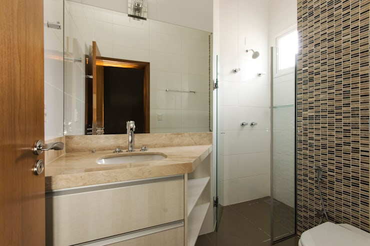 Residencia  Ribeirão Preto : Banheiros  por Luciano Esteves Arquitetura e Design ,Moderno
