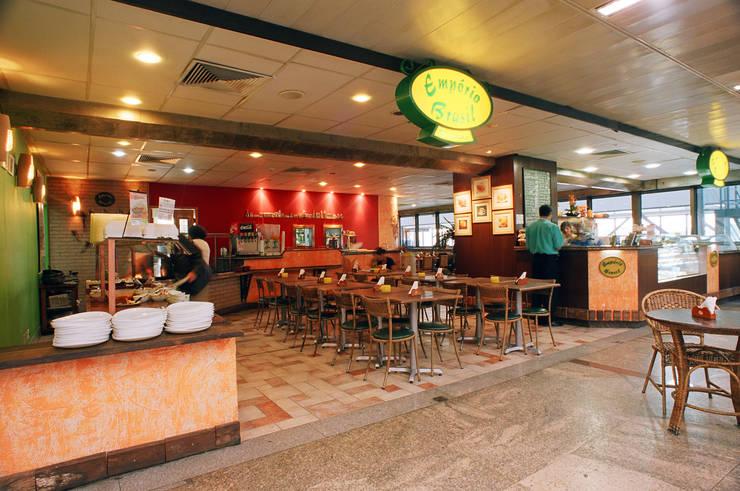 Restaurante no Aeroporto Internacional de Guarulhos - São Paulo Espaços gastronômicos rústicos por Luciano Esteves Arquitetura e Design Rústico