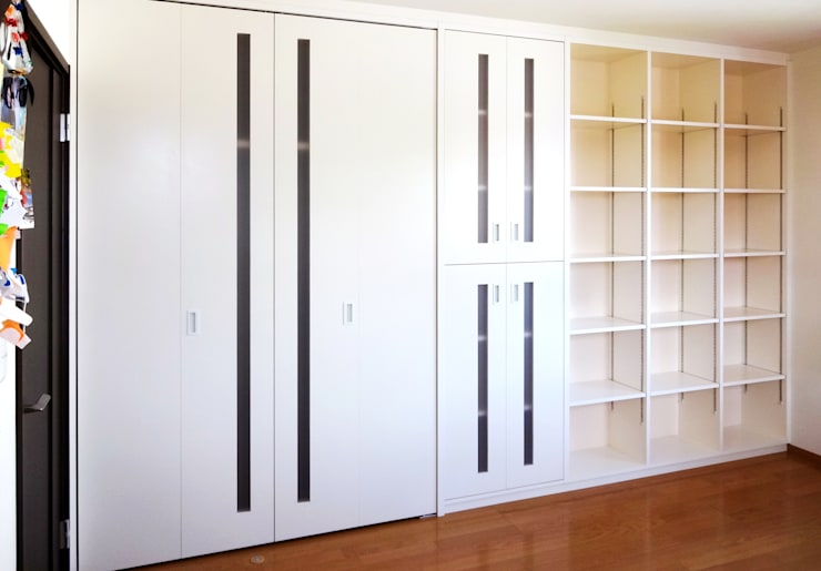 子供室 リフォーム (娘さんの部屋側): 吉田設計+アトリエアジュールが手掛けた子供部屋です。,モダン