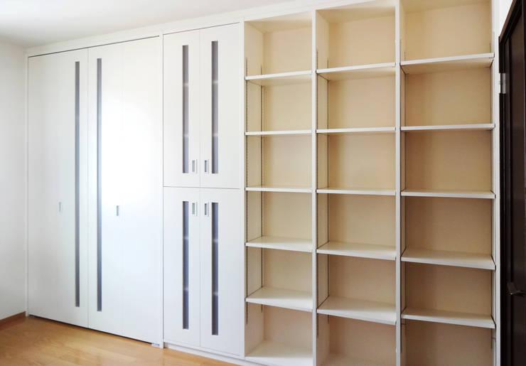子供室 リフォーム (息子さんの部屋側): 吉田設計+アトリエアジュールが手掛けた子供部屋です。,モダン