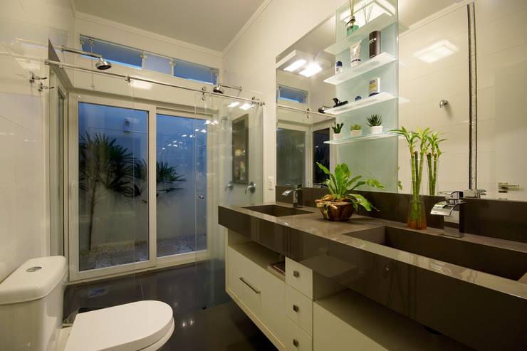 Residencia São Carlos : Banheiros  por Luciano Esteves Arquitetura e Design