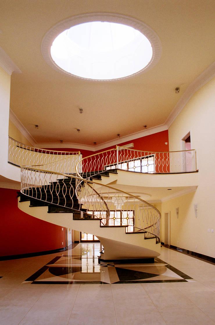 Residencia  Ribeirão Preto : Corredores e halls de entrada  por Luciano Esteves Arquitetura e Design