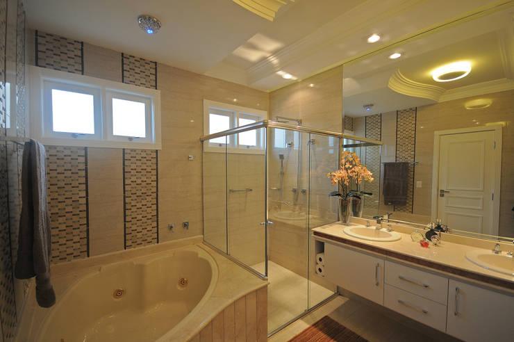 Residencia  Ribeirão Preto : Banheiros  por Luciano Esteves Arquitetura e Design ,