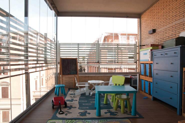 villa torlonia style: Stanza dei bambini in stile  di SERENA ROMANO' ARCHITETTO