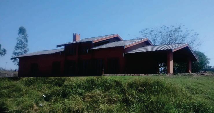 Casa do lago: Casas tropicais por Arcoterra Arquitetura e Construção