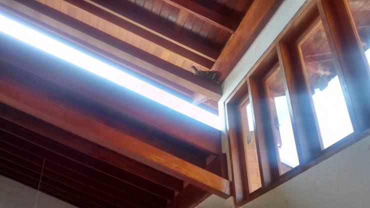 casa do lago: Janelas   por Arcoterra Arquitetura e Construção