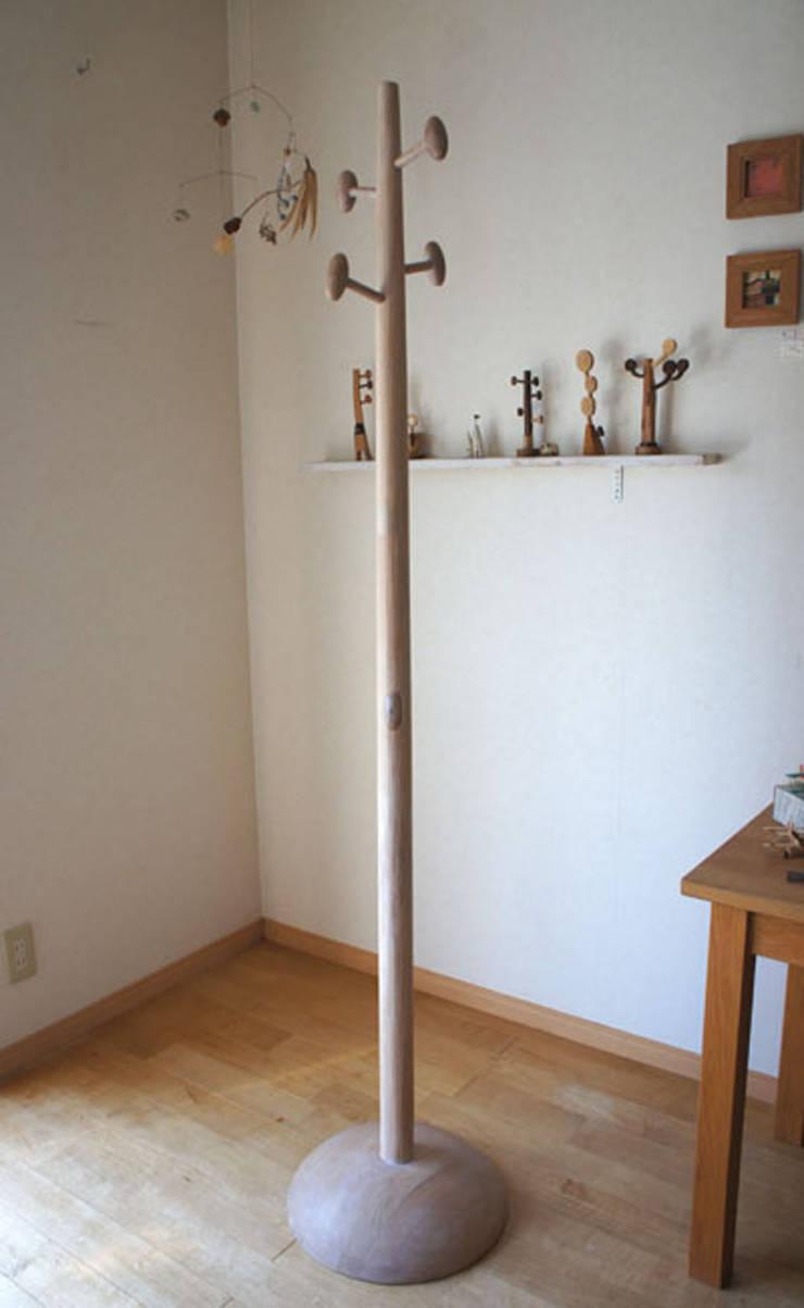 コートハンガー Coat hanger: アトリエつみき屋が手掛けた折衷的なです。,オリジナル 木 木目調