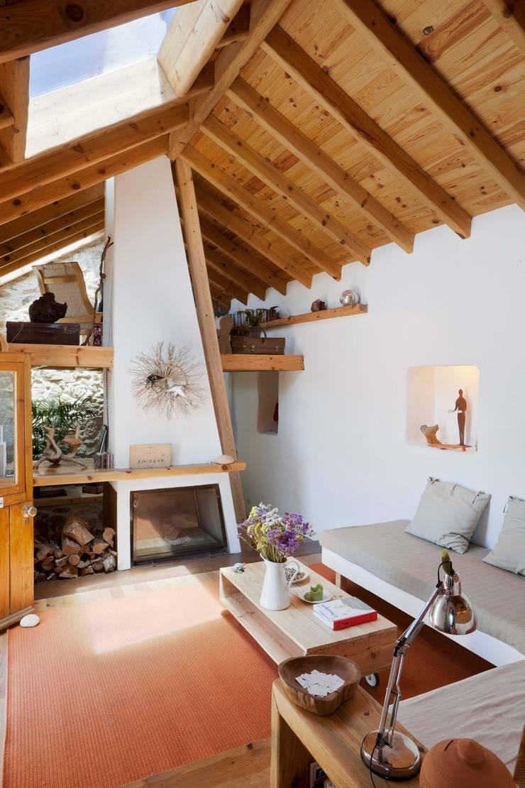 Salones de estilo  de pedro quintela studio, Rústico Piedra