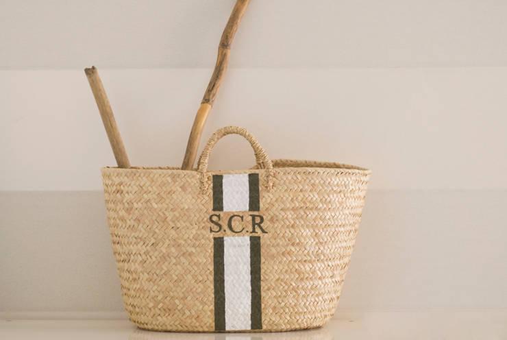 Monogrammed Basket: Piscina  por Companhia das Cestas
