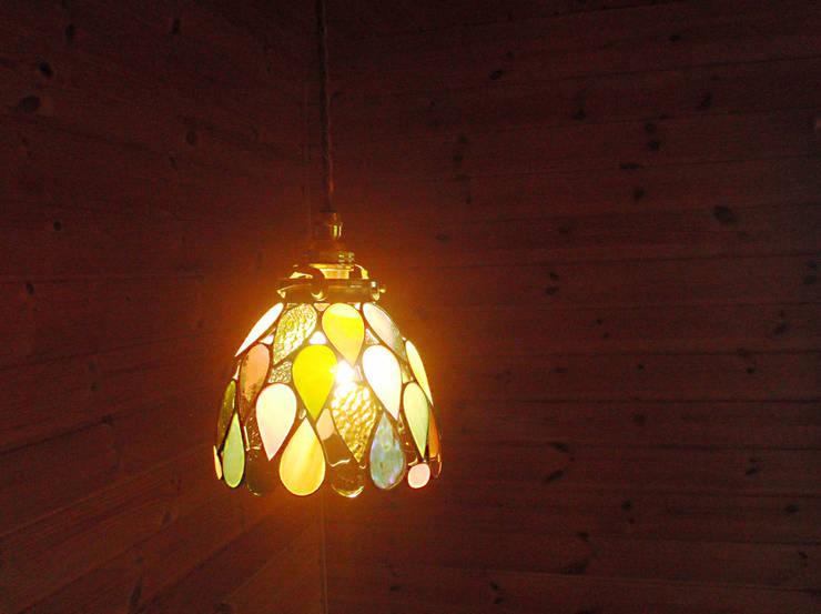 しずくのランプ: Bloom Glassが手掛けたリビングルームです。