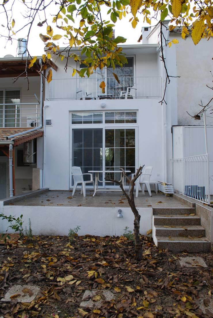 Pil Tasarım Mimarlik + Peyzaj Mimarligi + Ic Mimarlik – Arka bahçe dış görünüm:  tarz