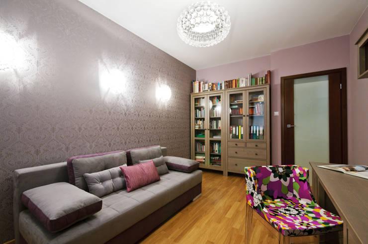 Pracownia w kobiecych klimatach: styl , w kategorii Domowe biuro i gabinet zaprojektowany przez ZAWICKA-ID Projektowanie wnętrz