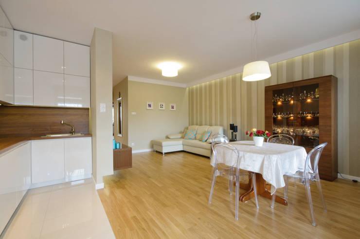 Przytulny salon z kuchnią: styl , w kategorii Salon zaprojektowany przez ZAWICKA-ID Projektowanie wnętrz