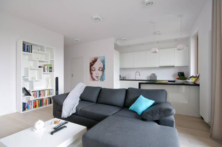 Biały salon z szarym narożnikiem: styl , w kategorii Salon zaprojektowany przez ZAWICKA-ID Projektowanie wnętrz