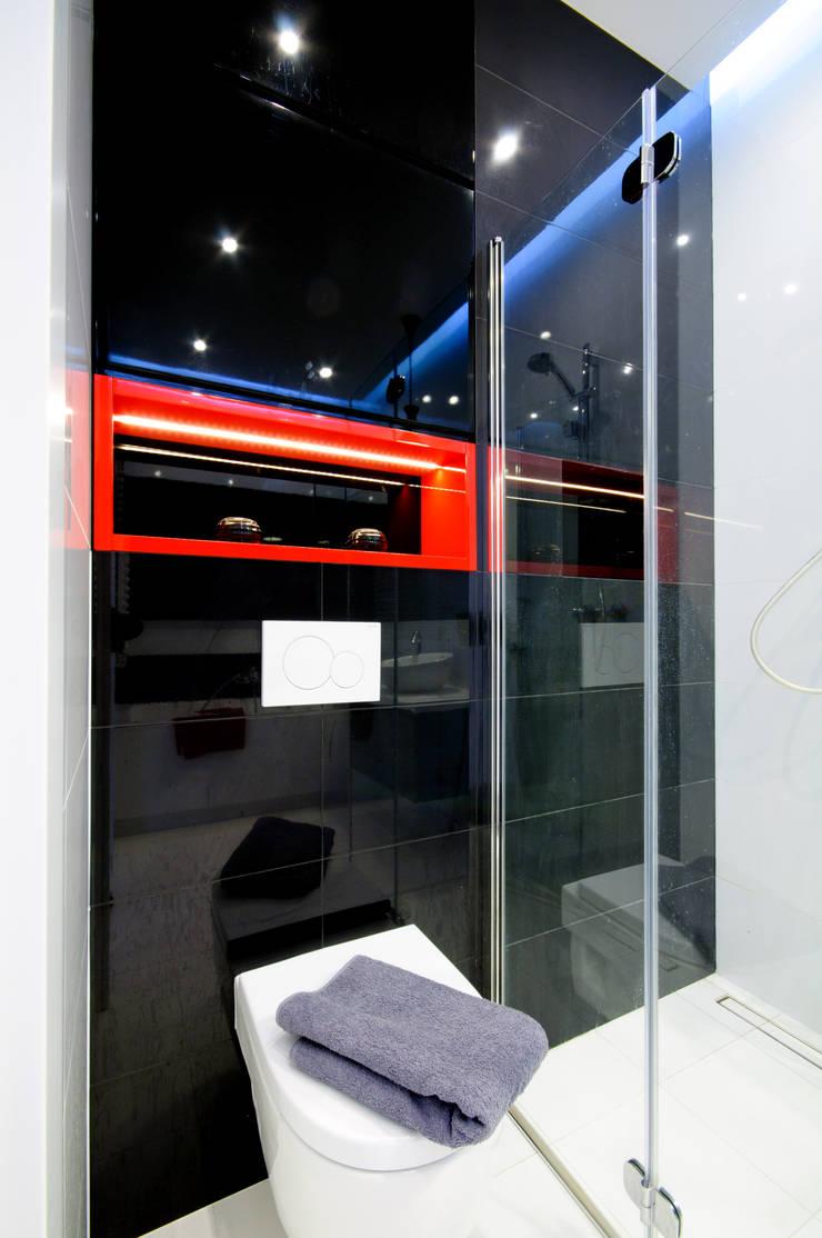 Biało czarno łazienka z dodatkiem czerwieni: styl , w kategorii Łazienka zaprojektowany przez ZAWICKA-ID Projektowanie wnętrz