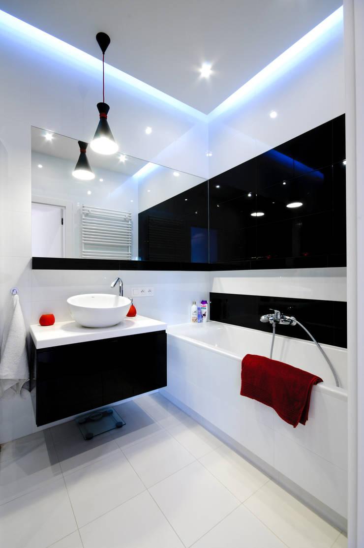Biało czarna łazienka z dodatkiem czerwieni: styl , w kategorii Łazienka zaprojektowany przez ZAWICKA-ID Projektowanie wnętrz