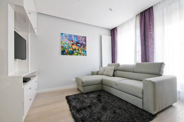 Salon z ddoatkiem fioletu: styl , w kategorii Salon zaprojektowany przez ZAWICKA-ID Projektowanie wnętrz