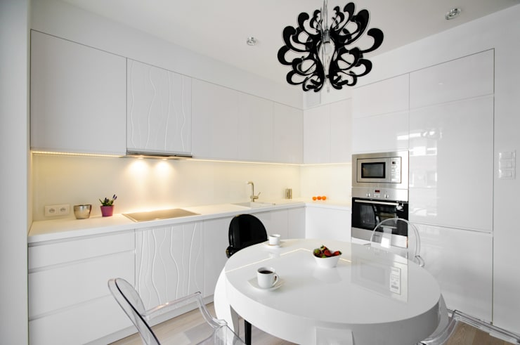 Elegancka biała kuchnia w stylu glamour: styl , w kategorii Kuchnia zaprojektowany przez ZAWICKA-ID Projektowanie wnętrz