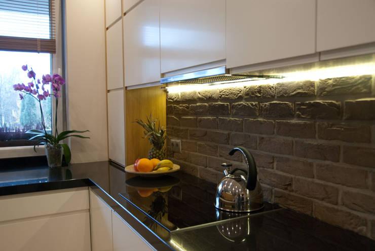 Biała kuchnia z cegłą: styl , w kategorii Kuchnia zaprojektowany przez ZAWICKA-ID Projektowanie wnętrz