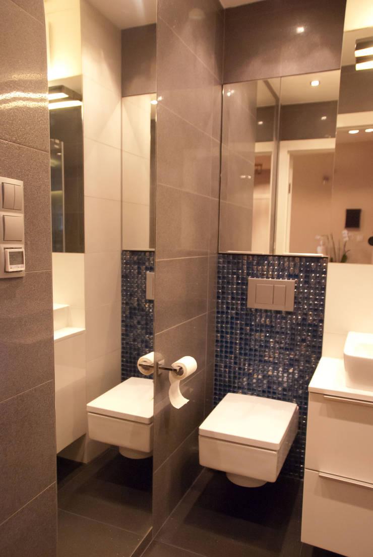 Szara łazienka ze szklaną mozaiką: styl , w kategorii Łazienka zaprojektowany przez ZAWICKA-ID Projektowanie wnętrz