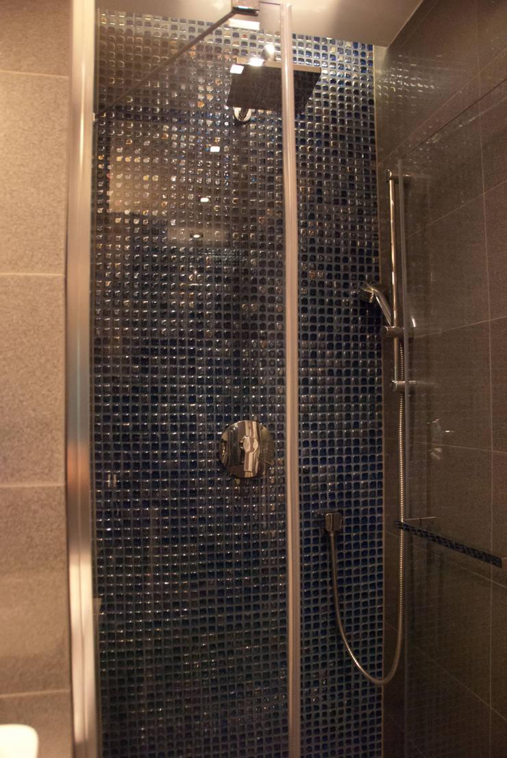 Szare WC z dodatkiem granatowej szklanej mozaiki: styl , w kategorii Łazienka zaprojektowany przez ZAWICKA-ID Projektowanie wnętrz