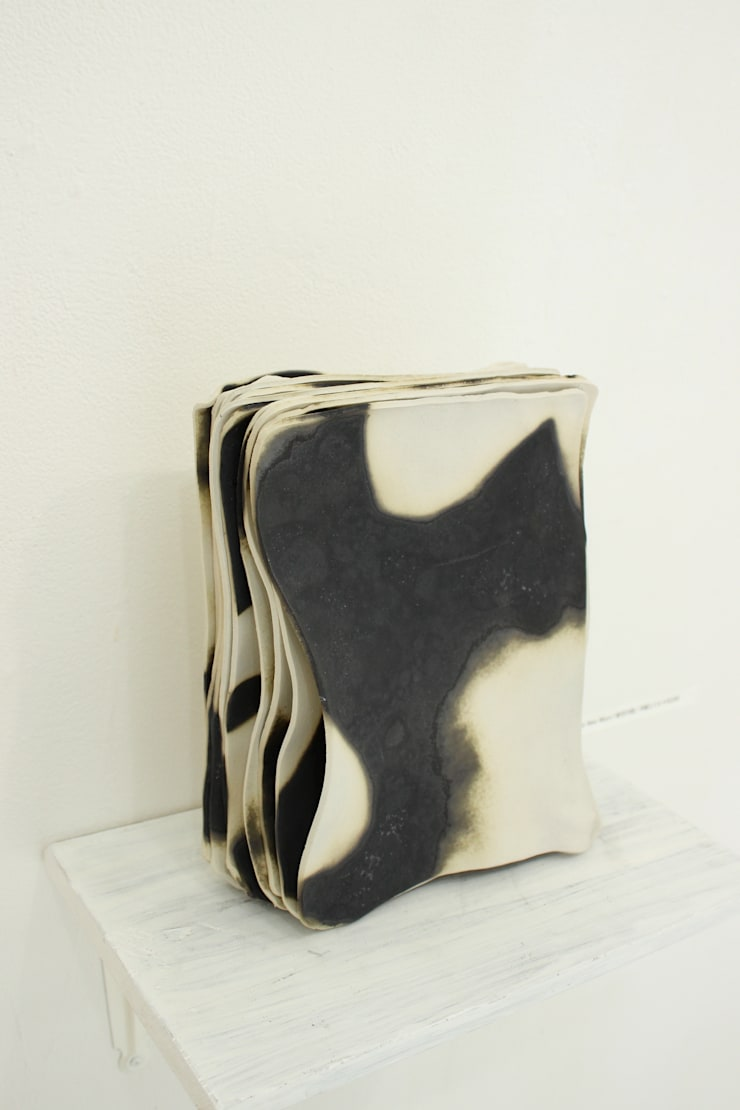 [Country of The New Moon] Plates (semi-porcelain): Ricca OKANOが手掛けたリビングルームです。