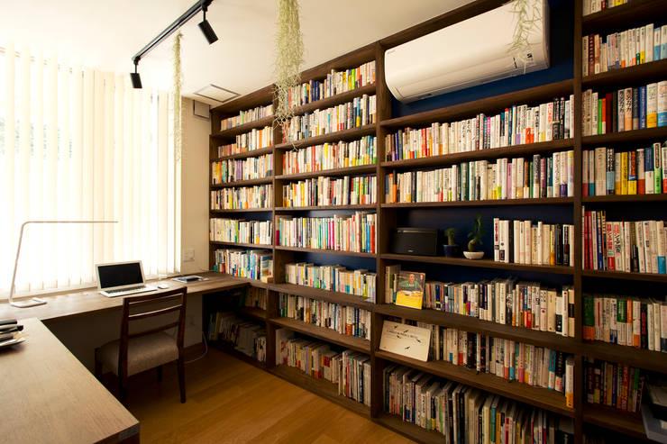 こだわりの書斎スペースのあるリビング【Sさま邸】: 株式会社スタイル工房が手掛けたです。,