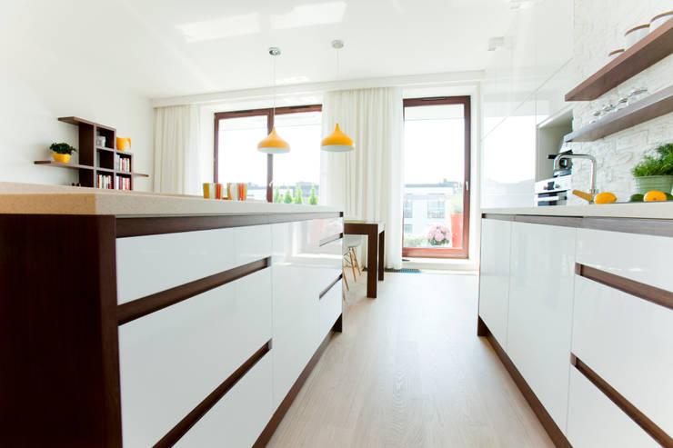Biała kuchnią z cegłą: styl , w kategorii Kuchnia zaprojektowany przez ZAWICKA-ID Projektowanie wnętrz,Nowoczesny