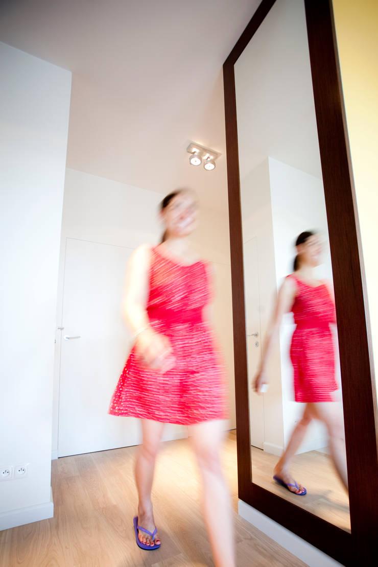 Przedpokój z dużym lustrem: styl , w kategorii Korytarz, przedpokój zaprojektowany przez ZAWICKA-ID Projektowanie wnętrz