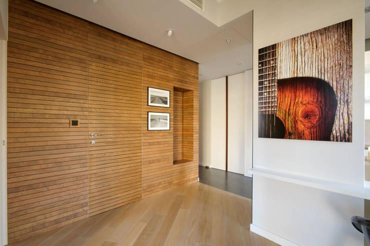 dekoracyjna ściana z ukrytymi drzwiami do łazienki: styl , w kategorii Korytarz, przedpokój zaprojektowany przez ZAWICKA-ID Projektowanie wnętrz