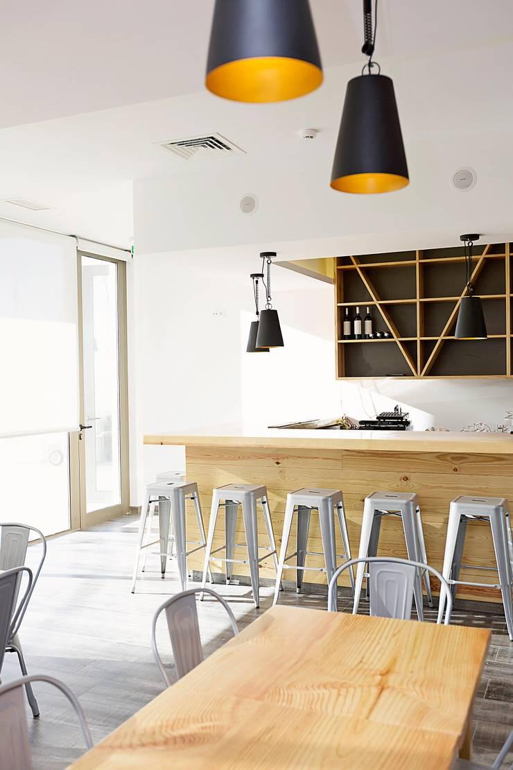 Restaurante - Zona Bar: Espaços de restauração  por EU INTERIORES