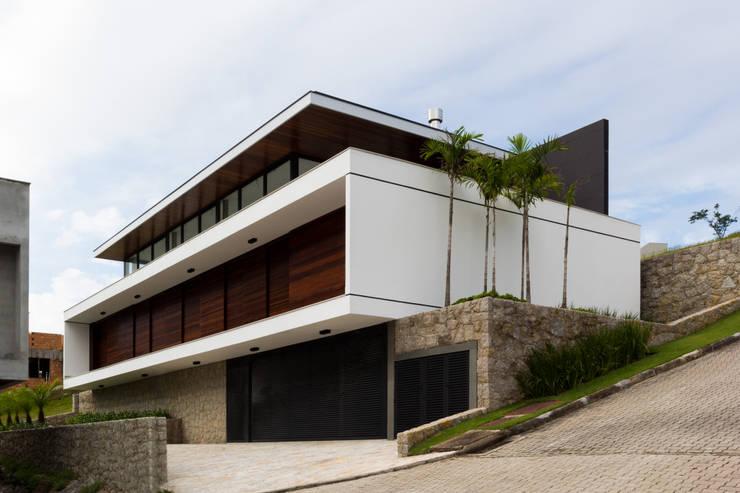 CASA WN - PRÊMIO ASBEA SC 2014: Casas  por JOBIM CARLEVARO arquitetos
