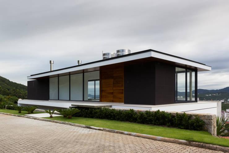 CASA WN – PRÊMIO ASBEA SC 2014: Casas  por JOBIM CARLEVARO arquitetos