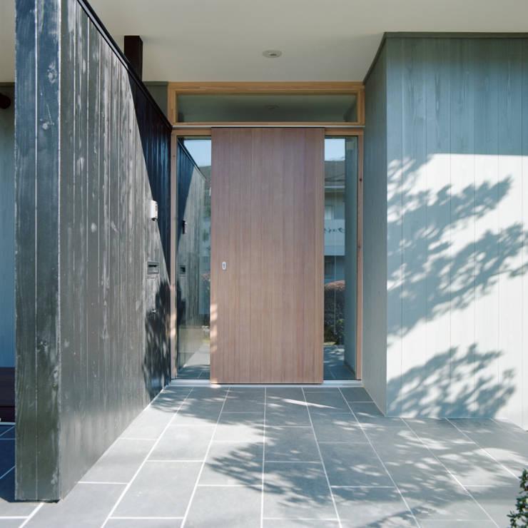 FUKAYA house: AIDAHO Inc.が手掛けた廊下 & 玄関です。