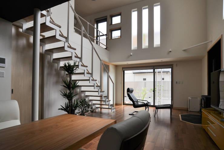 リビングスペース: (株)独楽蔵 KOMAGURAが手掛けた玄関&廊下&階段です。