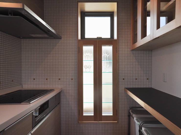 飾り棚+出窓: (株)独楽蔵 KOMAGURAが手掛けたキッチンです。,