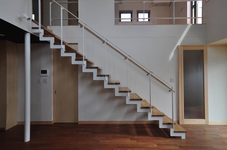 スチール階段: (株)独楽蔵 KOMAGURAが手掛けた玄関&廊下&階段です。,