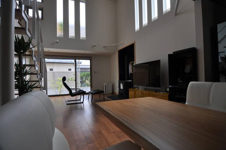 リビングスペース: (株)独楽蔵 KOMAGURAが手掛けたリビングルームです。,