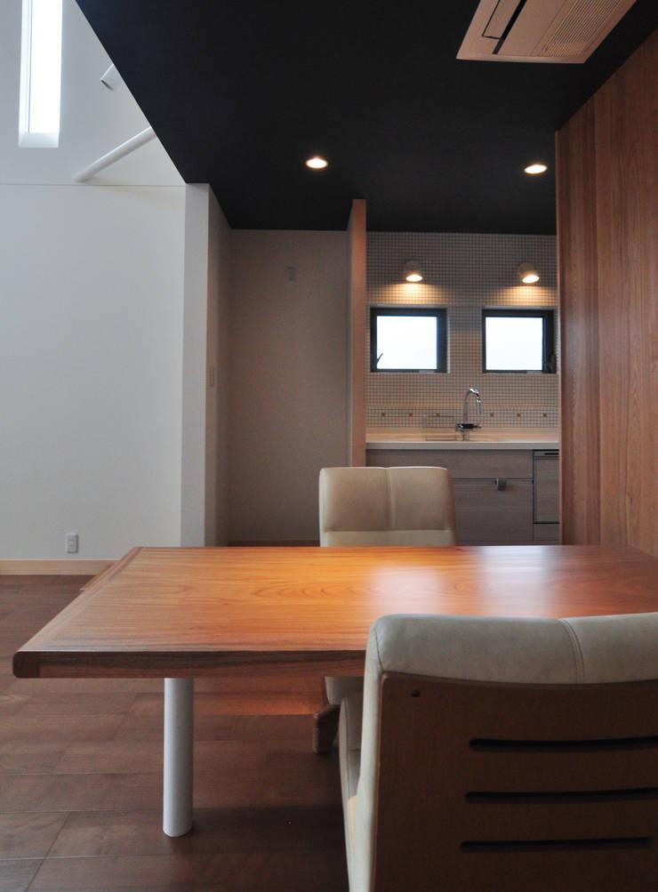 ダイニングテーブル(ケヤキ:一枚板): (株)独楽蔵 KOMAGURAが手掛けたダイニングルームです。,