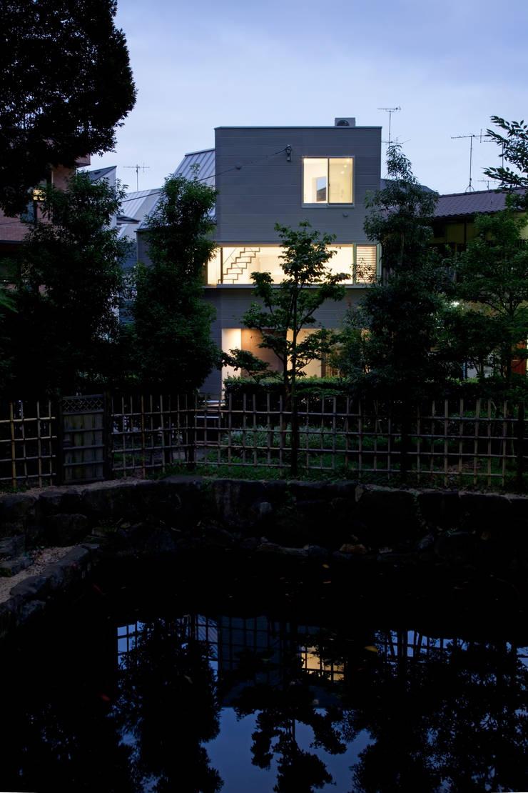 公園から見た夜景: 有限会社角倉剛建築設計事務所が手掛けた家です。