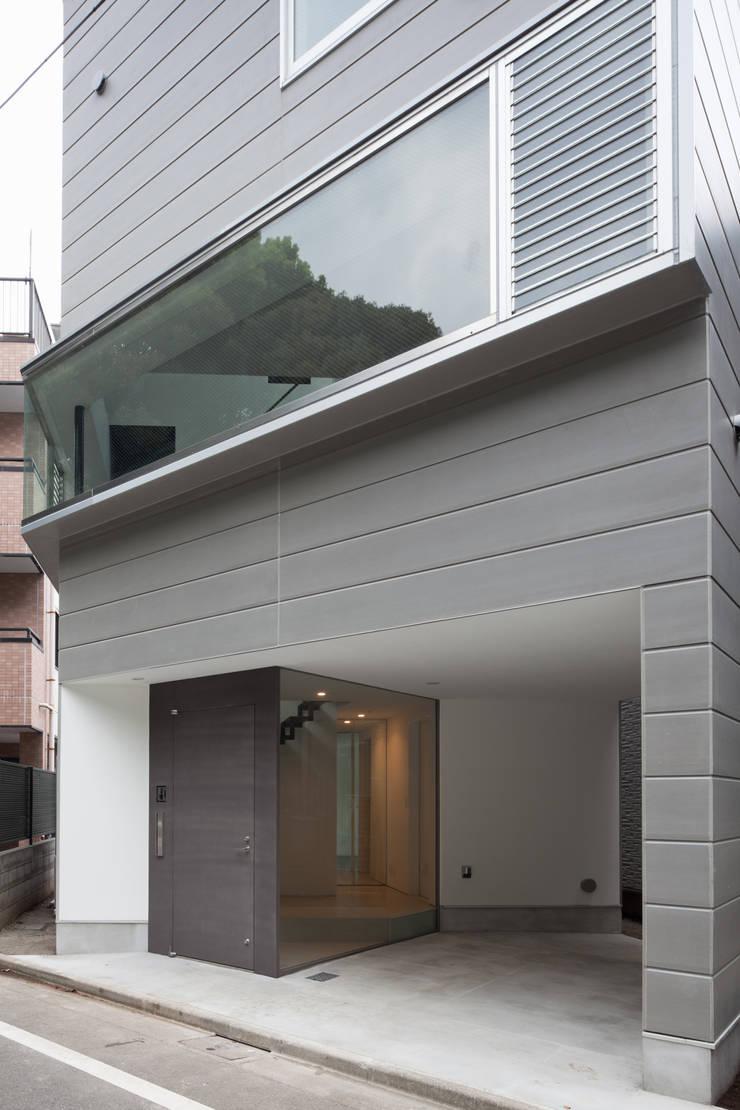 エントランス: 有限会社角倉剛建築設計事務所が手掛けた廊下 & 玄関です。