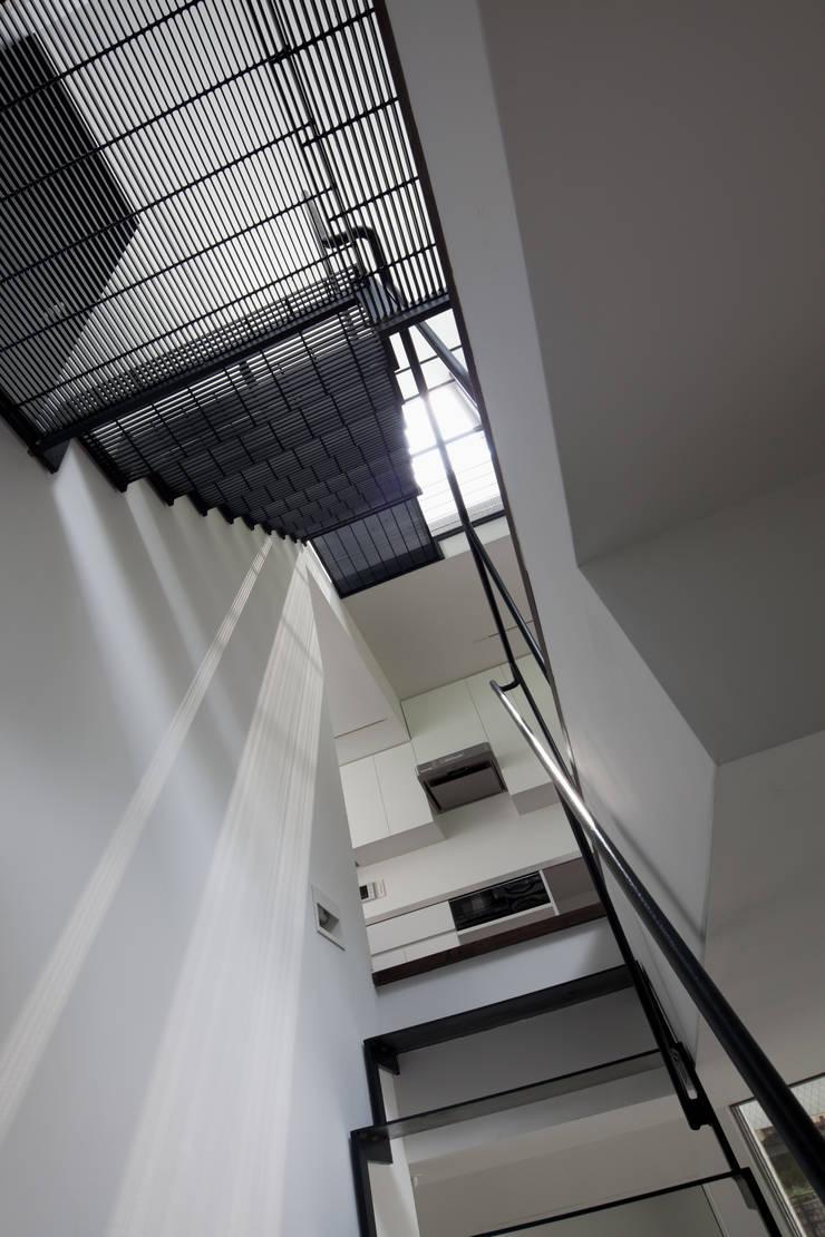 階段: 有限会社角倉剛建築設計事務所が手掛けた廊下 & 玄関です。