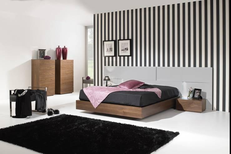 Mobiliário de Quarto Bedroom Furniture www.intense-mobiliario.com  Horloge http://intense-mobiliario.com/product.php?id_product=3453: Quarto  por Intense mobiliário e interiores;
