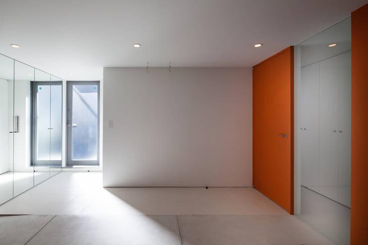 ビルトインガレージ: 有限会社角倉剛建築設計事務所が手掛けたガレージ車庫です。,