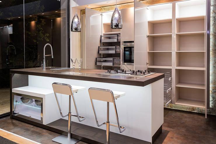 Centros de exhibiciones de estilo  por Cocinas arTnova