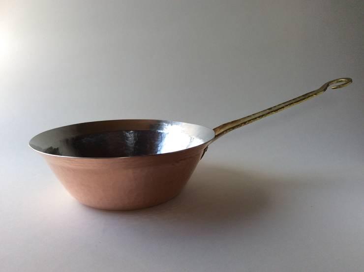 銅パスタソースパン: 金属工芸工房 spina pesceが手掛けたキッチンです。,