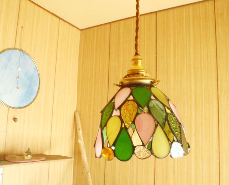 しずくのランプ: Bloom Glassが手掛けた洗面所&風呂&トイレです。