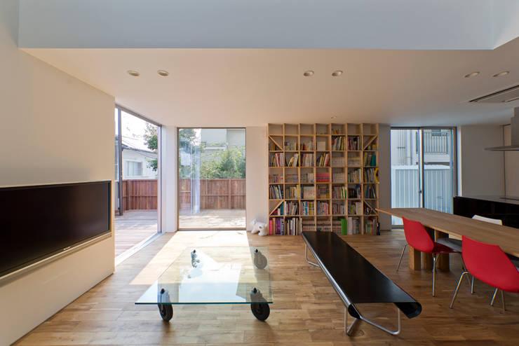 富雄の家: carve.建築設計が手掛けたリビングです。