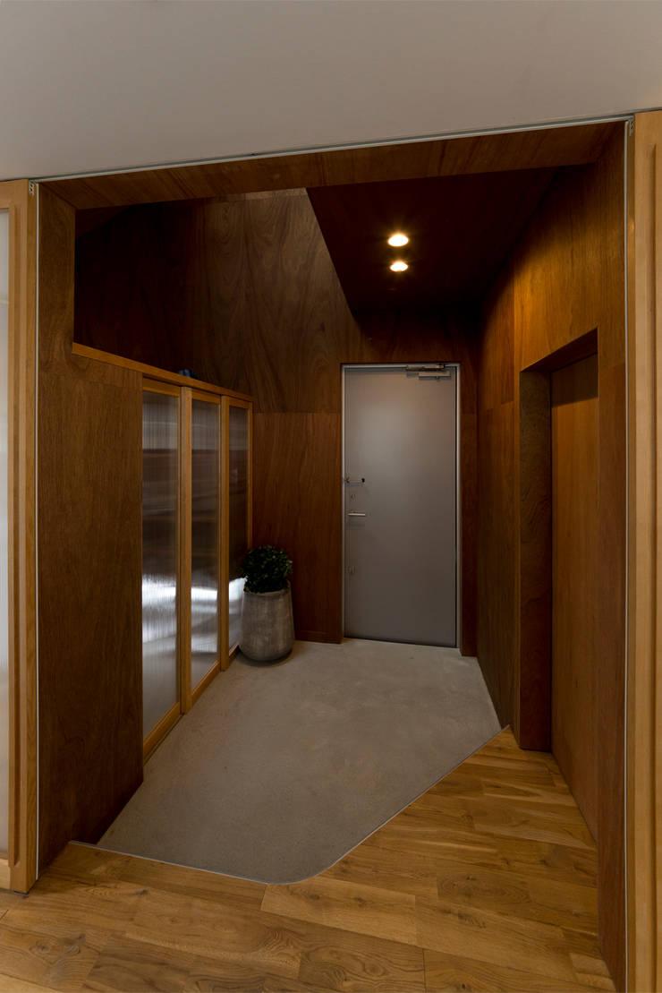 富雄の家: carve.建築設計が手掛けた廊下 & 玄関です。