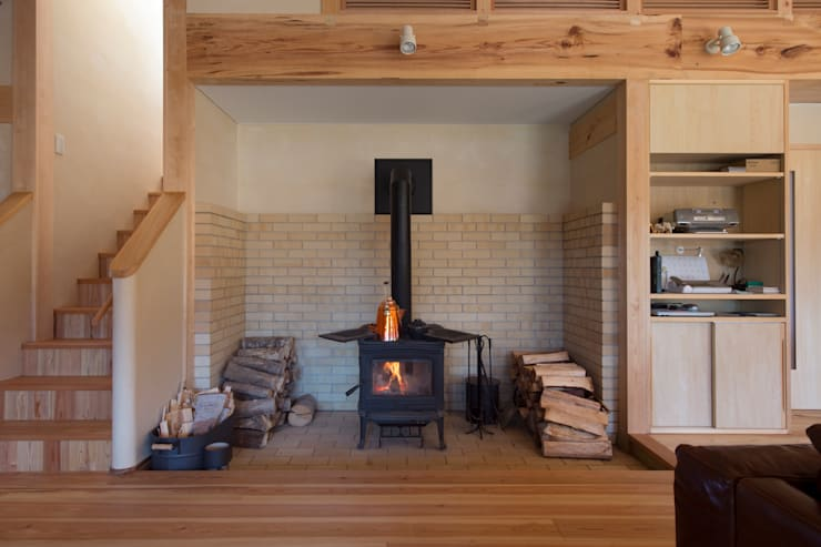 Livings de estilo ecléctico por 大森建築設計室